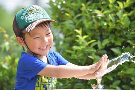 水遊びする男の子の画像