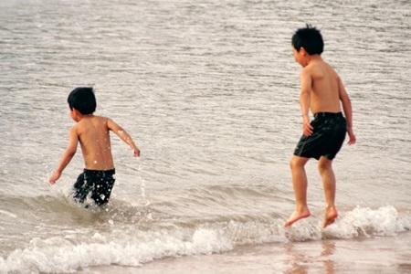 海に入って遊ぶ子供たち
