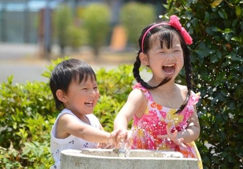 水遊びする子供たちの画像
