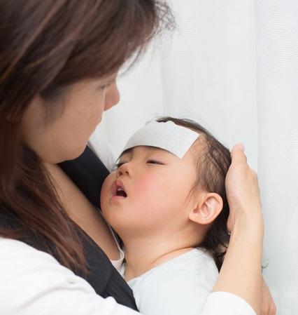 子供が熱を出してぐったりしてる写真画像