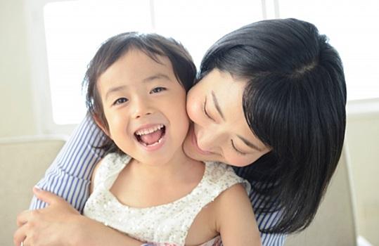 母と幼い娘の親子の風景