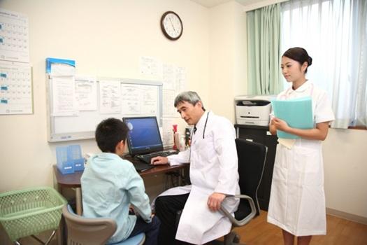 医師に診察を受ける子供