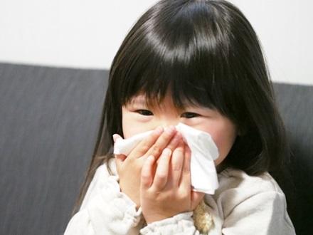 子供が咳き込んで吐いたときのイメージ画像