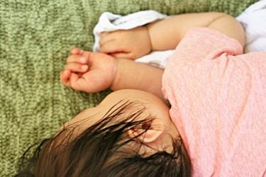 横向きで眠る幼児