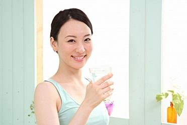 起床後に水を飲む女性の画像
