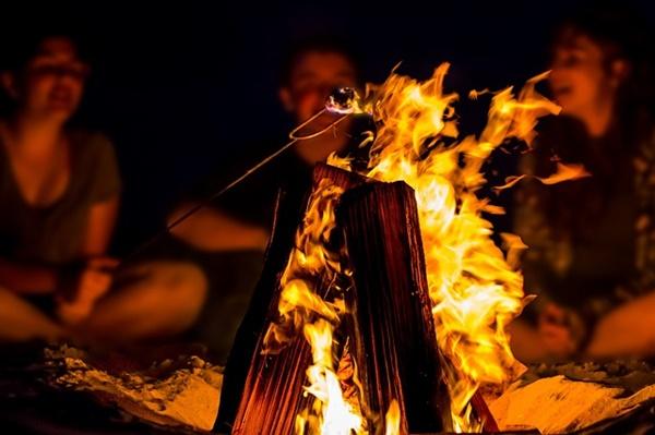 キャンプファイヤーの火の画像
