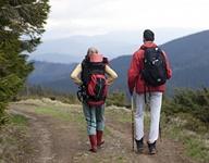登山するカップルの画像