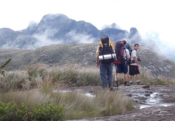 複数で山登りする登山者たちの画像